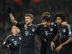 Torschütze Thomas Müller, Javi Martinez und Dante (v.l.) zeigen in London mit Bayern ein dominantes Spiel. (Foto: Andreas Gebert/dpa)