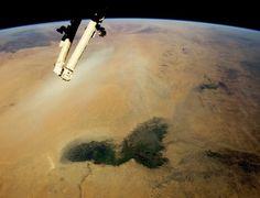 Ilha de Folhas. Foto tirada da ISS (Estação Espacial Internacional) revela vista do espaço do deserto do Saara e da vegetação das zonas semi-áridas conhecidas como Sahel. Na grande mancha de vegetação que aparece na imagem está localizado o lago Chade, na fronteira entre o Chade e a Nigéria. A região possui mais de 200 km de largura.  Fotografia: Nasa/AFP.