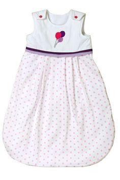 """Zauberhafter Baby Schlafsack von KRS-Design, aus der Kollektion """"Luftballon"""". Die bunten Luftballons auf dem weißen Oberteil und der rosa Punktestoff beim Unterteil, versprühen Sommerlaune. Durch die Borten in lila-flieder können die Textilien mit vielen Accessoires im Kinderzimmer kombiniert werden . Die Innenseite des Schlafsacks ist mit weichem Lambskin Fleece gefüttert, das Ihr Baby warm hält und auch sehr angenehm auf der Haut ist."""