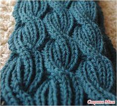 Этот мягкий, объемный, легкий шарф выглядит одинаково красиво с обеих сторон. На первый взгляд узор может показаться сложным, но если разобраться в нем, то шарф свяжется просто и быстро.