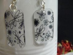 """Boucles d'oreilles en plastique fou , motifs """" papillon et fleur"""" : Boucles d'oreille par fee-cali"""