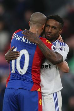 Sunderland's English striker Jermain Defoe (R) embraces Crystal Palace's English midfielder Andros Townsend (L) at the end of the English Premier League football match between Crystal Palace and Sunderland at Selhurst Park in south London on February 4, 2017 / AFP / Daniel LEAL-OLIVAS / RESTRICTED TO EDITORIAL USE. No use with unauthorized audio, video, data, fixture lists, club/league logos or 'live' services. Online in-match use limited to 75 images, no video emulation. No use in betting…