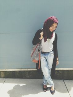 You can never go wrong with a destroyed boyfriend jean and maxi sweater. Stylish and modest. Street Hijab Fashion, Muslim Fashion, Hijab Jeans, Muslim Girls, Hijab Outfit, Boyfriend Jeans, Street Style, Style Inspiration, Stylish