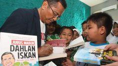 Menteri BUMN Dahlan Iskan memberikan tanda tangan kepada siswa SD Islam Al Azhar 35 saat melakukan kunjungan untuk memberi motivasi belajar, Jumat (30/8). Foto: Ahmad Khusaini/Radar Surabaya/JPNN