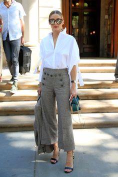 Todo un look 'working' de entretiempo este de Olivia Palermo con camisa blanca, pantalones tobilleros de cuadros, sandalias en azul eléctrico y animal print y minibolso verde.