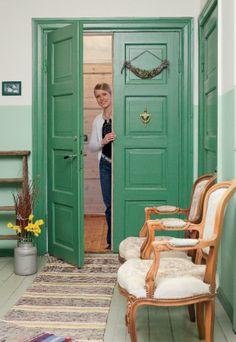 Vanha pariovi ja herkullinen värisävy! Armoire, Furniture, Home Decor, Clothes Stand, Decoration Home, Closet, Room Decor, Reach In Closet, Home Furnishings