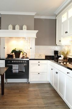 Traditional country kitchens are a design option that is often referred to as being timeless. Over the years, many people have found a traditional country kitchen design is just what they desire so they feel more at home in their kitchen. Home Decor Kitchen, Country Kitchen, Kitchen Interior, New Kitchen, Home Kitchens, Kitchen Dining, Kitchen Worktop, Kitchen Cabinets, Kitchen Island