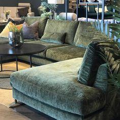 Velour&grønt hmmmmm💚💚💚Lekker? #mobliasverden #drømmesofa House Design, Furniture, Velour Sofa, Sofa, Home, Sectional Couch, Lounge Sofa, Furniture Inspiration, Home Decor