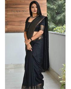 How To Style Simple Sarees To Look Super Stylish! Cotton Saree Designs, Silk Saree Blouse Designs, Blouse Neck Designs, Black Saree Blouse, Looks Party, Bridal Silk Saree, Simple Sarees, Dress Indian Style, Indian Dresses