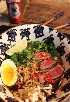 Soupe asiatique simple a réalisé rapidement pour deux personnes avec la Sriracha Firebarns. Sauce Hoisin, Ethnic Recipes, Simple, Food, Ramen Noodle Slaw, Asian Soup, Beef Fillet, Cilantro, Meals