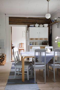 Perisuomalainen punainen tupa on terästetty sinisellä Finland Country, Cottage Design, Scandinavian Interior, Dining Table, Cabin, Traditional, Living Room, Bed, Cottage Interiors