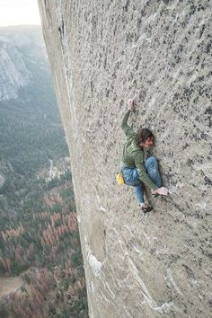 Science Discover I love free climbing but that is a helluva long way down. Ice Climbing, Mountain Climbing, Boulder Climbing, Climbing Girl, Rock Climbing Gear, Photo Vintage, Scary Places, Mountaineering, Belle Photo