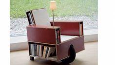 Verrijdbare leesstoel annex boekenkast mèt leeslampje.