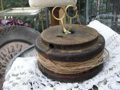 Rustikale Holzspule mit Schnur und Schere, sehr dekorativ. Absoluter shabby-vintage Stil!