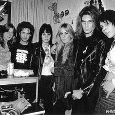 The Runaways L to R Sandy West, Rodney Bingenheimer, Joan Jett, Lita Ford, David Lee Roth and Laurie McAllister (bassist - Photo by Brad Elterman Rock N Roll, Rock And Roll Bands, Rock Bands, Metal Bands, Adam Clayton, Pop Punk, Heavy Metal, Happy Birthday Paul, Musica Metal