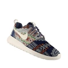 Nike Roshe Run x Pendleton ID Never wear white tennis shoes. If you're going to wear sneakers, wear some color. Nike Roshe Run Green a pair! Love Womens style at org! Nike Store, Nike Run Roshe, Nike Tennisschuhe, Nike Air, Nike Tech, Boys Nike, Nike Free Shoes, Nike Shoes Outlet, Running Shoes Nike