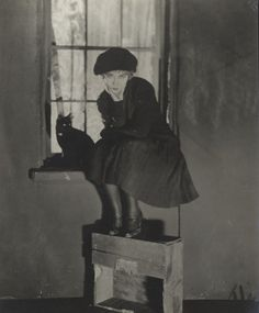Dorothy Gish (sitting in a window with a black cat) as the 'limehouse waif' in London, 1926 Dorothy Gish, Lillian Gish, Crazy Cat Lady, Crazy Cats, Son Chat, Silent Film Stars, Black White, Cat Boarding, Cat People