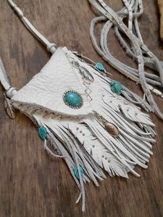Native American Pouch Medecine Bag by Minouchkita on Etsy Leather Art, Leather Pouch, Leather Jewelry, Leather Purses, Leather Totes, Cow Leather, White Leather, Native American Medicine Bag, Native American Crafts