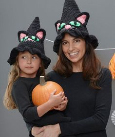 clever hat will be the perfect way to top off a great witch's costume this Halloween! Cat eyes and nose are appliqued on and embellished with eash embroidery. Crochet it in any of four sizes, so you can fit even baby witches. Crochet Kids Hats, Crochet Fall, Holiday Crochet, Crochet Beanie, Knit Crochet, Crochet Gratis, Free Crochet, Susan Bates Crochet Hooks, Crochet Costumes