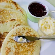 This is another delicious recipe from Traditional Scottish Cookery, and it is very popular in the Grampian Mountains region of Scotland. The Scottish crumpet is thinner and wider than the traditional English crumpet. Scottish Dishes, Scottish Recipes, Irish Recipes, English Recipes, Scottish Desserts, English Crumpets, Crumpet Recipe, International Recipes, The Best