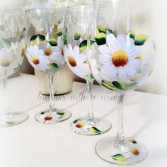 Hand Painted Daisy Flower Wine Glass Set of 4 - White Daisies - Spring Table Decor - Summer Wine Glasses - Gift for Mom for Mother's Day Wine Glass Crafts, Wine Glass Set, Wine Bottle Crafts, Bottle Art, Wine Bottles, Wedding Shower Gifts, Gift Wedding, Daisy Wedding, Wedding Showers