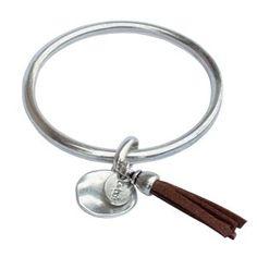 Laissez-vous séduire par cet incontournable bracelet jonc pour femme en plaqué argent.  Il est agrémenté d'une médaille légèrement martelé et d'une breloque modèle pompon aspect daim. Cette création est à la fois tendance, moderne et indémodable !
