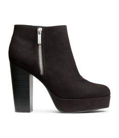 Schwarz. Stiefeletten aus Velourslederimitat mit kleinem Plateau und seitlichem Reißverschluss. Plateau vorn 3 cm, Absatz 11,5 cm. Ancle Boots Black