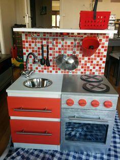 Un tutoriel complet pour construire une cuisine pour enfant facilement à partir de meubles ikéa et d'un peu de matériel premier prix ou de récupération.