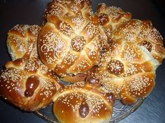 This is Pan de Muertos which is bread of the dead. It is made on special occasion for the Day of the Dead Mexican Sweet Breads, Real Mexican Food, Mexican Bread, Bread Machine Recipes, Bread Recipes, Cooking Recipes, Mexican Salsa Recipes, Comida Diy, Mexican Kitchens