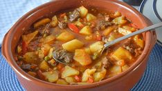 patatas con carne Carne En Trocitos, Spanish Food, Spanish Recipes, Mexican Food Recipes, Ethnic Recipes, Pot Roast, Cheeseburger Chowder, Stew, Chili
