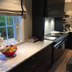 Carrara Marmor passer perfekt til ett klassisk kjøkken 💯 | Benkeplate | Carrara Marble | Classic Kitchen | Countertop | Interior Ideas Kitchen Island, Kitchen Cabinets, Classic Kitchen, Kitchens, Home Decor, Natural Stones, Kitchen Maid Cabinets, Kitchen, Interior Design
