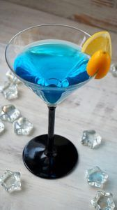 Bezalkoholowy drink z blue curacao Blue Curacao, Martini, Nutella, Catering, Cookies, Drinks, Tableware, Glass, Party