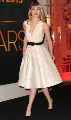 Sempre elegante, Emma Stone apostou no look retrô com cintura marcada e combinação preto e branco para apresentar os indicados ao Oscar!
