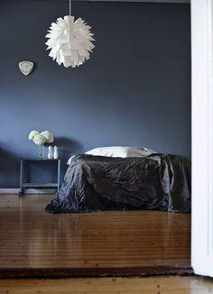 Suvi sur le vif: mood indigo- love this wall color. Blue Rooms, Blue Walls, Dark Walls, Home Interior, Interior And Exterior, Interior Decorating, Interior Design, Colour Architecture, Mood Indigo