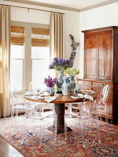 oriental rug, dining room & table | Source: Elle Decor