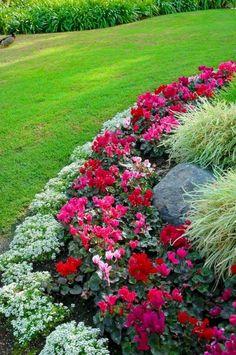 Impressive Summer Planter Design Ideas For Front Yard Decoration 28 Flower Bed Designs, Flower Garden Design, Landscaping With Rocks, Front Yard Landscaping, Landscaping Ideas, Mulch Landscaping, Patio Ideas, Yard Ideas, Mulch Ideas