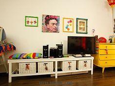 El color es el protagonista de este espacio. La tonalidad del mueble principal y de la pared lo permiten. Además de decorar, las cajas de mimbre ordenan, lo cual es importante para un ambiente chico. El arte, la cultura y lo sentimental están presentes en este lado de la casa.