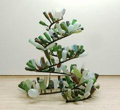 Cragg, amb una obra semblant passa d'interpretar un tema érotic a interpretar un tema natural. En el seu cas, amb la ajuda d'ampolles de tonalitats verdes i blanques, intenta imitar les algues d'aigua dolça.