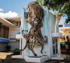 Bordalo II - OCTOPUS  Photo: @selinamiles Piece done for @onoutahiti in Pape'ete​ - Tahiti  #bordaloii #onoutahiti #trashart #streetart #assemblage #octopus #trashanimals #tahiti #papeete