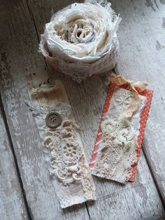 Pretty lace to make ribbon Fabric Beads, Fabric Jewelry, Fabric Art, Fabric Embellishment, Wool Quilts, Arts And Crafts, Paper Crafts, Shabby Chic Cards, Crazy Patchwork