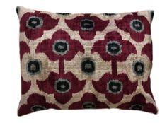 Deepred flower. De prachtige ikat kussens zijn gemaakt van zijde en zijden velours. Handgeweven in Uzbekistan. Voor de kussens wordt uitsluitend natuurlijke verf gebruikt. De kleuren zijn daardoor mooi diep. 1 kant van het kussen is van fluweel, de andere kant is van zijde. Inclusief vulling. Afmeting 45x60 cm. http://www.bedazzle.nl/woonaccessoires-and-decoration/woonaccessoires-kussens