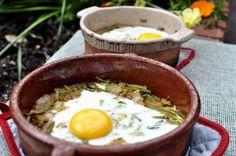 Sigue el detallado paso a paso del blog EL CALDERO DE NIMUË y prepara este saludable y rico plato de espárragos y huevo.