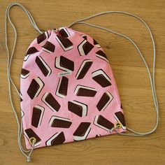 Die schönsten Geschenke sind selbst gemacht! Überrasche deine Liebsten mit einem selbst genähten Turnbeutel. Bei über 2000 Stoffen ist für jede(n) das richtige dabei! #diy #geschenk #nähen #geschenkidee #selbstgemacht #selbermachen Drawstring Backpack, Ice Cream, Backpacks, Bags, Cinch Bag, Gymnastics, Make Your Own, Homemade, Nice Asses