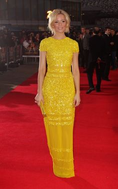 Elizabeth Banks in Bill Blass Spring 2012. I just love the color!