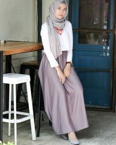 awesome Flowy maxi and subtle top with a chic necklace for a feminine look. Street Hijab Fashion, Arab Fashion, Muslim Fashion, Modest Fashion, Girl Fashion, Fashion Outfits, Casual Hijab Outfit, Hijab Chic, Moslem