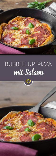 Das besondere an der Bubble-up-Pizza? Sie wird mit Sonntagsbrötchen zum Aufbacken in der Pfanne zubereitet und kommt dann in den Ofen. So fluffig!