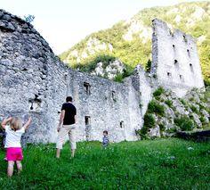wandelen naar een kasteel bij Radovljica in Slovenië. archief Turizem Radovljica