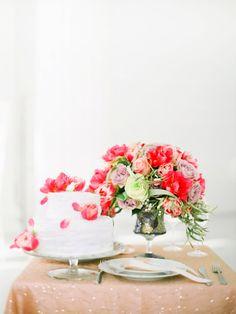Keine Hochzeit ohne Blumen! Warum nicht auch für die Hochzeitstorte verwenden? Ein paar einzelne Blüten oder Blätter geben eine schöne Dekoration ab!