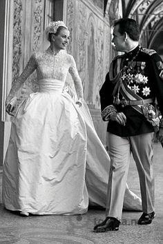 Grace Kelly's wedding dress...    @GraceKelly