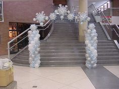 Really don't like using balloons for formal events BUT like the white on silver, monochromatic scheme, pair with monochromatic blue.